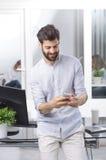 белизна мобильного телефона бизнесмена предпосылки Стоковые Изображения RF