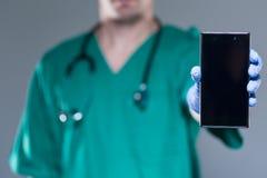 белизна мобильного телефона доктора предпосылки мыжская Стоковые Фото