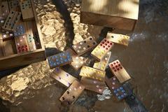 белизна домино предпосылки изолированная игрой Стоковые Изображения RF