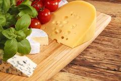 белизна доски предпосылки изолированная сыром Стоковая Фотография