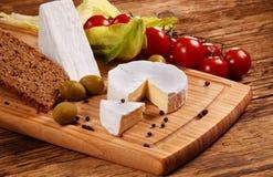 белизна доски предпосылки изолированная сыром стоковое фото rf