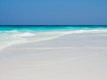 белизна песка пляжа предпосылки Стоковая Фотография RF