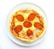 белизна пиццы pepperoni кухни предпосылки итальянская Стоковые Фотографии RF