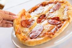 белизна пиццы pepperoni кухни предпосылки итальянская Стоковое Изображение RF