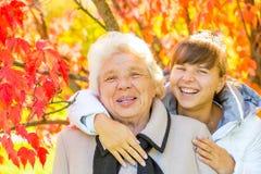 белизна портрета бабушки внучки предпосылки стоковые изображения