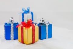 белизна подарка коробки предпосылки Стоковая Фотография