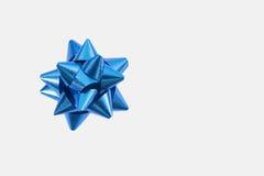 белизна подарка смычка предпосылки голубая Стоковые Фото