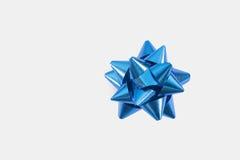белизна подарка смычка предпосылки голубая Стоковое Изображение