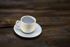 белизна поддонника кофейной чашки пустая Стоковое Изображение RF
