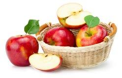 белизна предпосылки яблок изолированная корзиной красная Стоковое фото RF