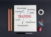 белизна принципиальной схемы изолированная образованием тренируя На зажимах черной предпосылки тетради с прописями, карандашей, р Стоковые Фото
