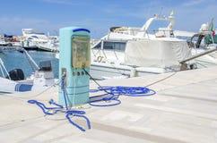 Белизна пристани насоса Марины электропитания гавани бензоколонки голубая Стоковые Изображения