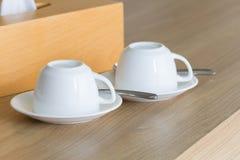 Белизна придает форму чашки комплект кофе на деревянном столе Стоковое фото RF