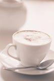 белизна путя кофейной чашки капучино предпосылки изолированная Стоковые Фотографии RF