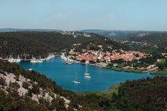 Белизна плавать в заливе против фона красивого города стоковые изображения rf