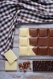 белизна плитки частей предпосылки изолированная шоколадами Стоковая Фотография RF