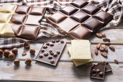 белизна плитки частей предпосылки изолированная шоколадами Стоковое фото RF