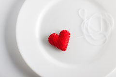 белизна плиты сердца красная Концепция Валентинка, красивая предпосылка Стоковые Фотографии RF