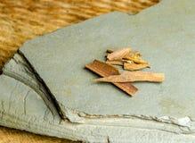 белизна расшивы предпосылки изолированная циннамоном Стоковые Фотографии RF
