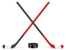 белизна ручки шайбы предпосылки изолированная хоккеем Стоковая Фотография