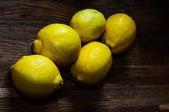белизна свежих лимонов предпосылки зрелая Стоковое фото RF