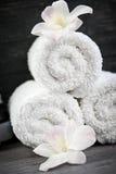 Белизна свернутая вверх по полотенцам спы Стоковые Фото