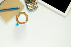 белизна сети офиса стола бизнесмена просматривать стоковое фото rf