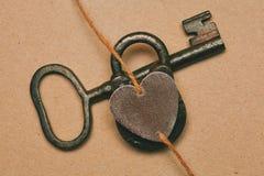белизна символа красного цвета влюбленности предпосылки розовая Ключ, замок и сердце стоковые фото