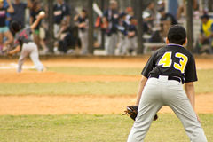 белизна силуэта бейсболистов предпосылки Стоковые Изображения