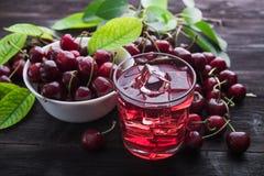 белизна сока вишни предпосылки изолированная стеклом Стоковое фото RF