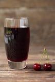 белизна сока вишни предпосылки изолированная стеклом Стоковая Фотография