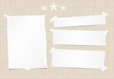 Белизна сорвала примечание, тетрадь, лист копировальной бумаги, прокладки и звезды на коричневой приданной квадратную форму предп бесплатная иллюстрация