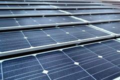 белизна солнца панели энергии изолированная рукой солнечная Стоковое Изображение RF