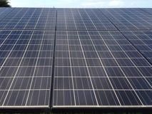 белизна солнца панели энергии изолированная рукой солнечная Стоковые Изображения RF