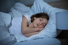 белизна спать утра света девушки кровати Стоковое Изображение RF