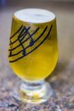 белизна стекла пива изолированная Стоковая Фотография