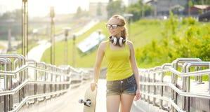 белизна студии скейтборда съемки девушки предпосылки подростковая Стоковые Изображения