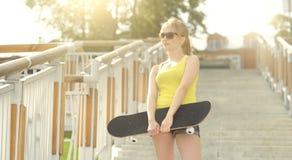 белизна студии скейтборда съемки девушки предпосылки подростковая Стоковая Фотография RF