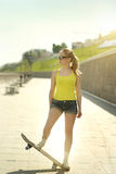 белизна студии скейтборда съемки девушки предпосылки подростковая Стоковое Изображение RF