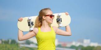 белизна студии скейтборда съемки девушки предпосылки подростковая Стоковые Фотографии RF