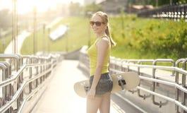 белизна студии скейтборда съемки девушки предпосылки подростковая Стоковое Фото