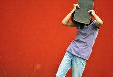 белизна студии скейтборда съемки девушки предпосылки подростковая Стоковое фото RF