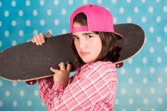 белизна студии скейтборда съемки девушки предпосылки подростковая Стоковое Изображение