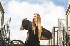 белизна студии скейтборда съемки девушки предпосылки подростковая Стоковая Фотография