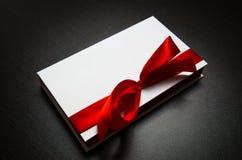 белизна тесемки подарка коробки красная Стоковые Фотографии RF