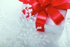 белизна тесемки подарка коробки смычка красная Стоковые Изображения RF