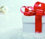 белизна тесемки подарка коробки смычка красная Стоковая Фотография RF