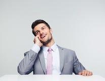 белизна телефона бизнесмена предпосылки счастливая изолированная говоря Стоковое Изображение RF