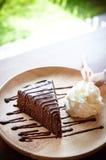 белизна торта изолированная шоколадом Стоковые Изображения