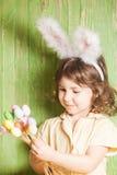 белизна ушей зайчика предпосылки изолированная девушкой Стоковые Изображения RF